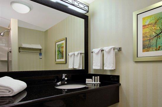 Fairfield Inn & Suites Fresno Clovis: Guest room bathroom
