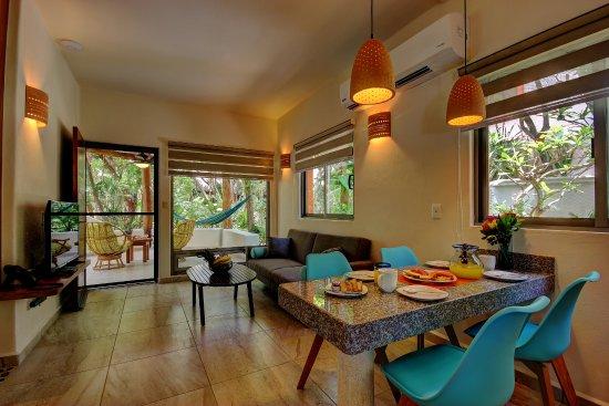 Riviera Maya Suites: Comedor y sala Garden Suite 125