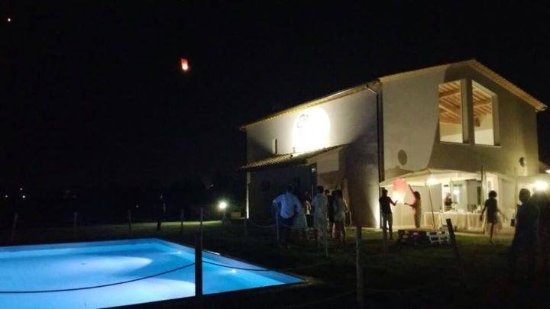 Castelfiorentino, Italia: Zona esterna bordo piscina