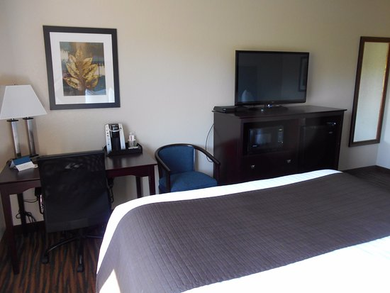 Denison, Айова: Satellite TV, desk and guest chair.