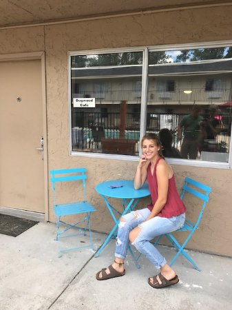 Richmond Hill, GA: One of our fun guests sitting at our Bistro table outside of the new Dogwood Cafe!