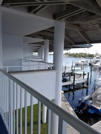 Pirate's Cove Resort and Marina: Many balconies side by side.