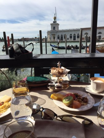 Bauer Hotel: Breakfast view at the Bauer