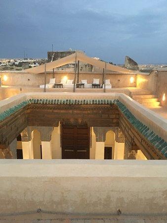 Hotel & Spa Riad Dar Bensouda: Des lits de jour sur la terrasse sur le toit