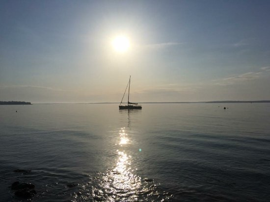 ลิงคอล์นวิลล์, เมน: Sailboat moored on Penobscot Bay at Dawn across from Spouter Inn B&B