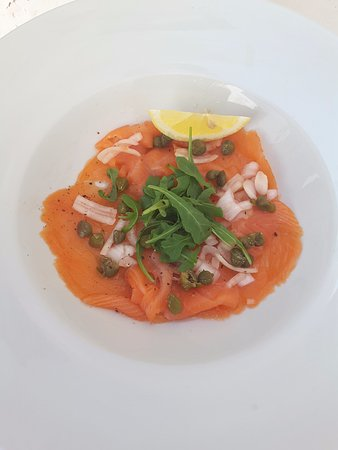 Patio de la Fuente : Smoked salmon with capers and pickled shallots and a rocket salad.