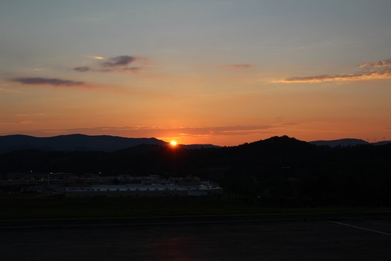 Hampton Inn Elkins: Sunsets are beautiful from the parking lot outside the breakfast room!