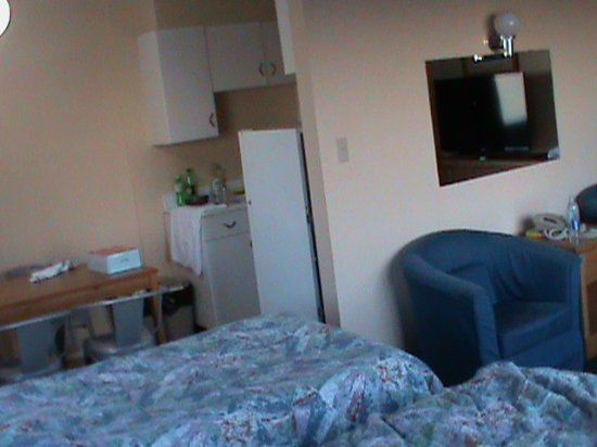 English Bay Hotel: Double bed and twin bed in living room adjacent to kitchen/dining and still plenty of chairs to