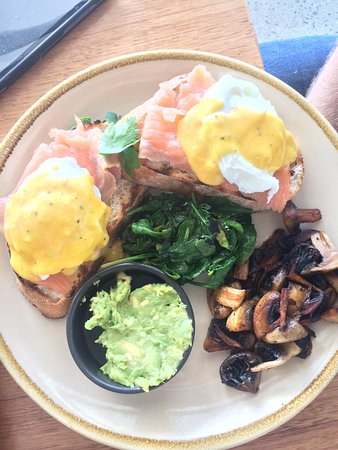 Murray Bridge, Australië: Salmon Benedict with avocado and mushroom