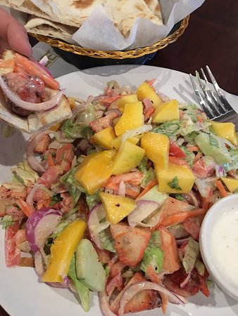 Monroeville, Pensylwania: Tandoori chicken mango salad, plain naan & vegetable pakora
