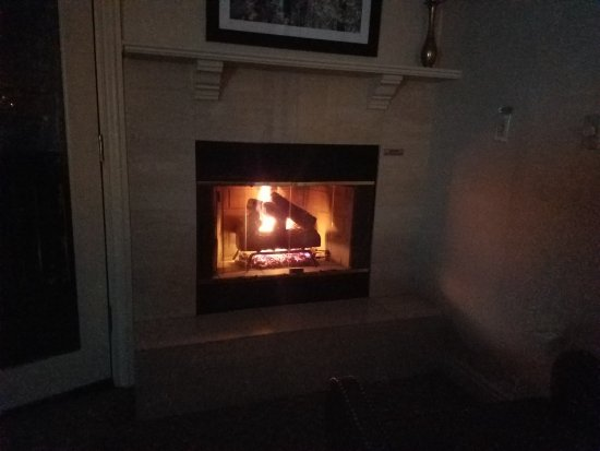 Sitzmark Lodge at Vail: Fireplace in room