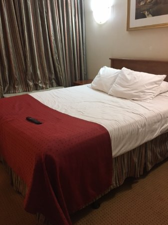Ramada by Wyndham Waterloo Hotel and Convention Center : Bad bed