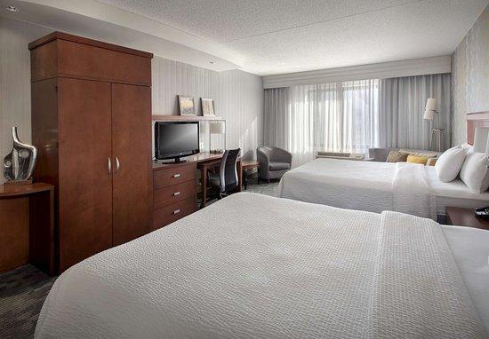 Farmingdale, NY: Larger Queen/Queen Guest Room