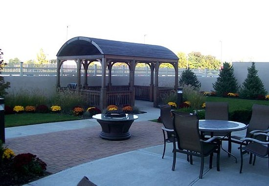 Farmingdale, NY: Courtyard