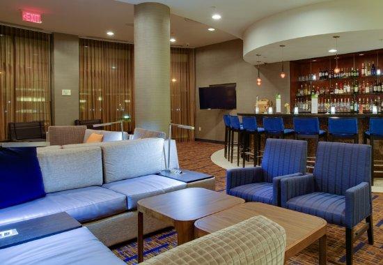 Farmingdale, NY: Lobby Sitting Area & Bar