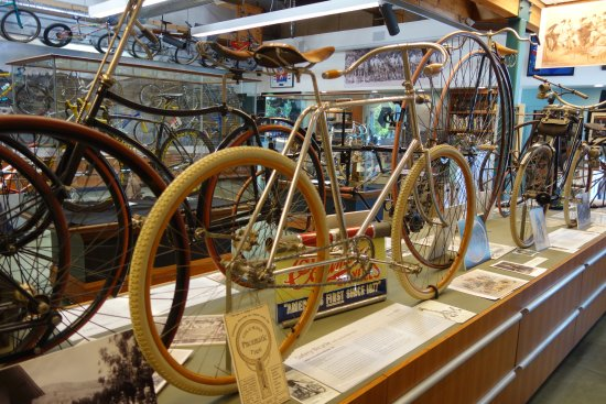 Fairfax, Californien: The single piece of wood wheel is stunning - metal spokes.