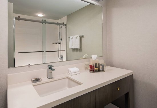 Hebron, KY: Guest Bathroom