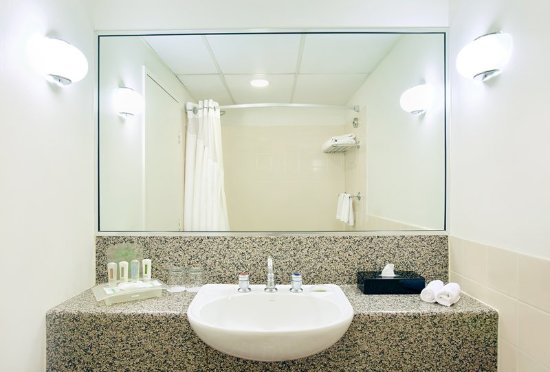 Holiday Inn Darling Harbour: Superior Room Bathroom with shower over the bath