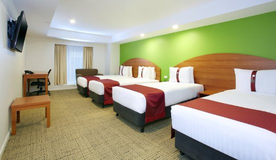 Holiday Inn Darling Harbour: Family Room with 4 x King Single Beds