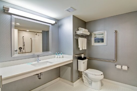 Oshawa, Canada: Accessible Guest Bathroom