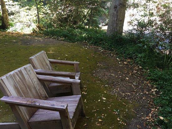 Glen Oaks Big Sur: Chairs overlooking the Big Sur River