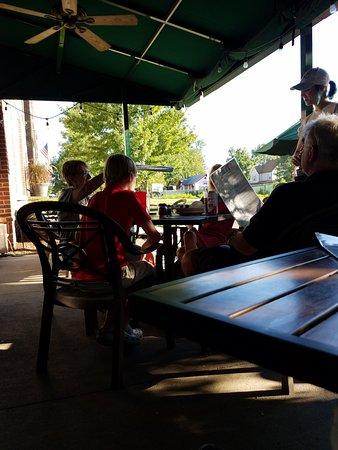 Bazbeaux Pizza: dinner outside