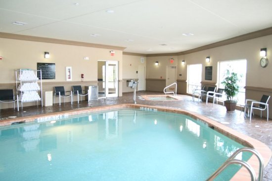 Cleburne, TX: Indoor Pool with Towels