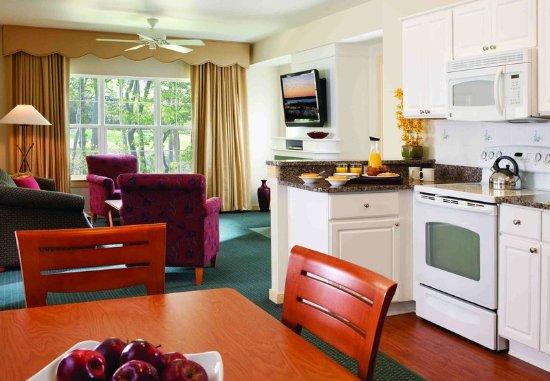 Absecon, NJ: Villa Kitchen, Dining & Living Room