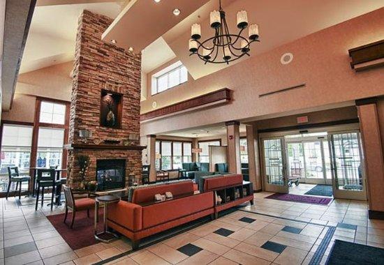 Morgantown, Δυτική Βιρτζίνια: Lobby Fireplace Area