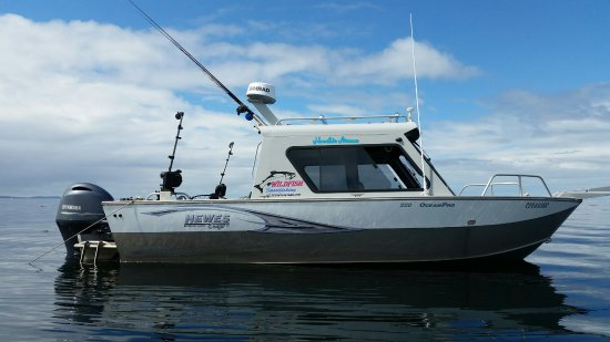 Masset, Canada: Your 24ft boat for the day when you book with Wildfishcharters.