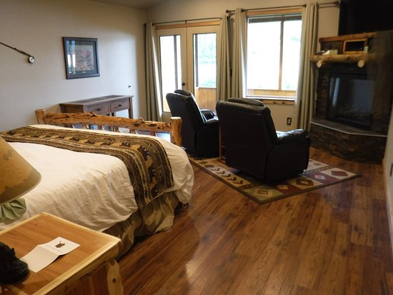 Summit Lake Lodge: Great room of waterfront cabin.