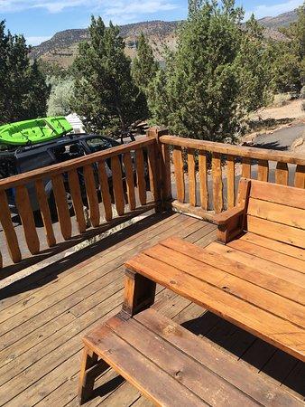 Prineville, ออริกอน: Cabin #3 outside table