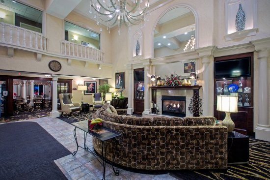 Warren, OH: Kick back in our comfortable Hotel Lobby