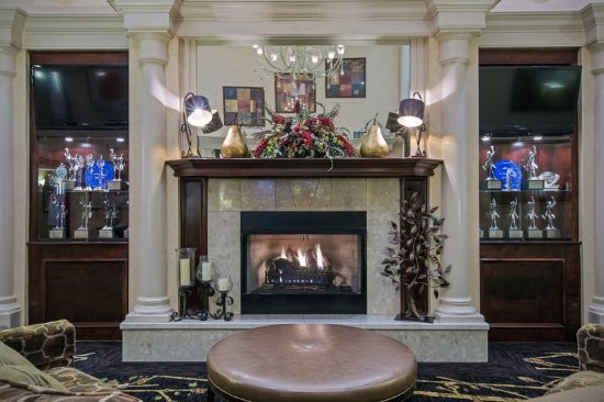 Warren, OH: Lounge comfortably by our fireplace