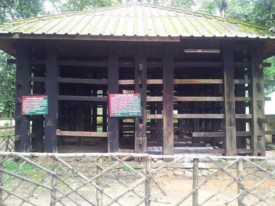 Kodanand Elephant Training Centre: wooden cage at elephant kraal