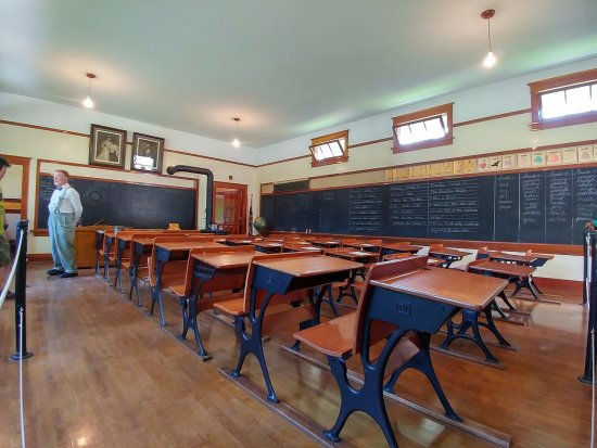Burnaby, Canadá: A classroom of that era with a volunteer dressed in period costume for a teacher of that era