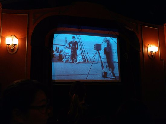 Burnaby, Canadá: Watching Charlie Chaplin silent movie in an old movie house