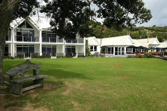 Omapere, Nova Zelândia: Exterior - Hotel & Lawn