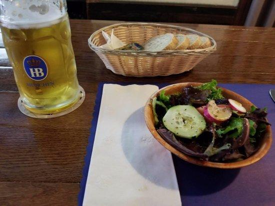 West Seneca, État de New York : The pre dinner salad with their wonderful house dressing and of course, a Hofbrau original lager