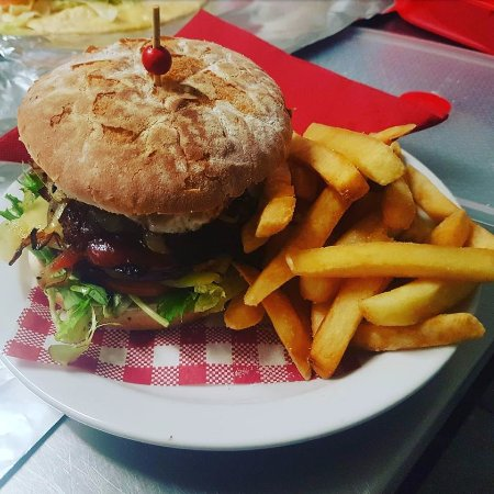 Corryong, Australia: Hamburger with the lot!