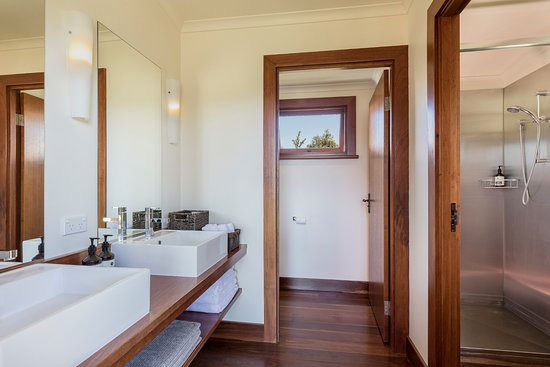 Maryvale, Australia: Three shared bathrooms connected to the Main Lodge