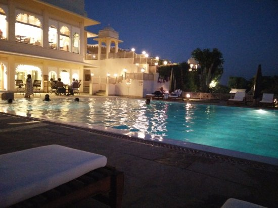 Trident Udaipur: pool view in the night