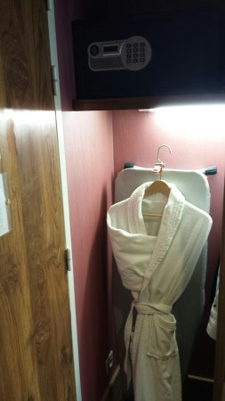 Crowne Plaza Toulouse: Safe and wardrobe