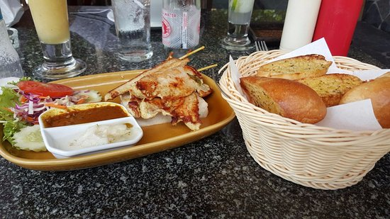 Thongtakian Resort: Satay Chiken & Garlic Bread