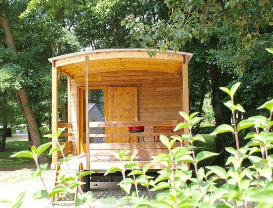 Poses, فرنسا: Extérieur d'une roulotte implantée au camping de la base de loisirs