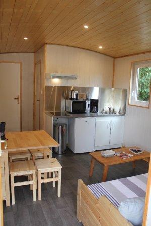 Poses, فرنسا: Pièce de vie d'une roulotte implantée au camping de la base de loisirs