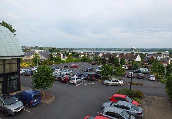 Loughrea, Irlande : Vue de la chambre sur le parking et le lac