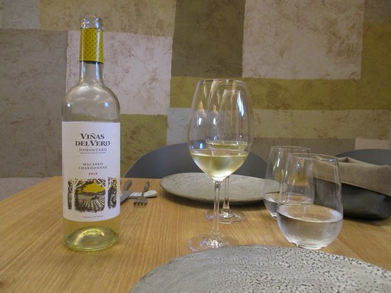 Barbastro, Spagna: Para comenzar un vino blanco del Somontano bien fresquito.