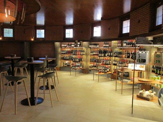Barbastro, Spagna: Zona de tapas y tienda de vinos y productos gourmet del Somontano.