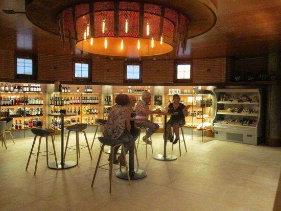 Barbastro, Spagna: Al final del día unas tapitas con un buen vino en un ambiente relajado.